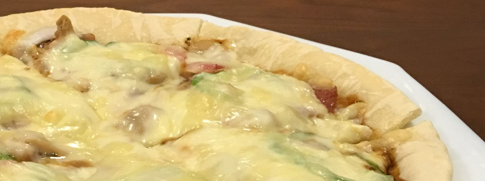 チーズたっぷり「こすたりか」のピザ